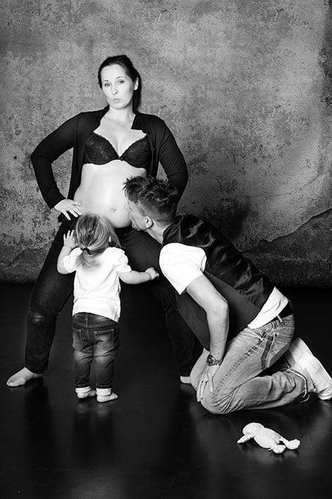 Ein Babybauch-Shooting mit Geschwisterkind und Ehemann